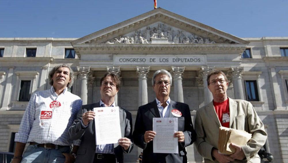 Los secretarios generales de UGT de Madrid, José Ricardo Martínez, y CCOO, Javier López