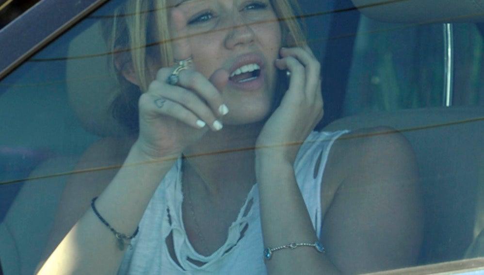 Miley habla por el móvil cuando llegan los agentes
