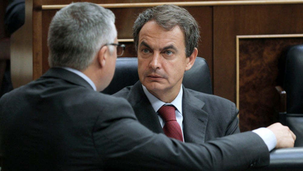 Zapatero habla con José Blanco en el Congreso