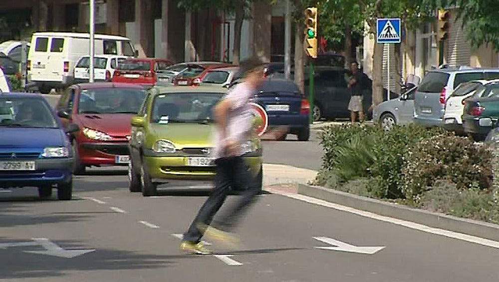 Hombre cruzando la calle por un lugar prohibido