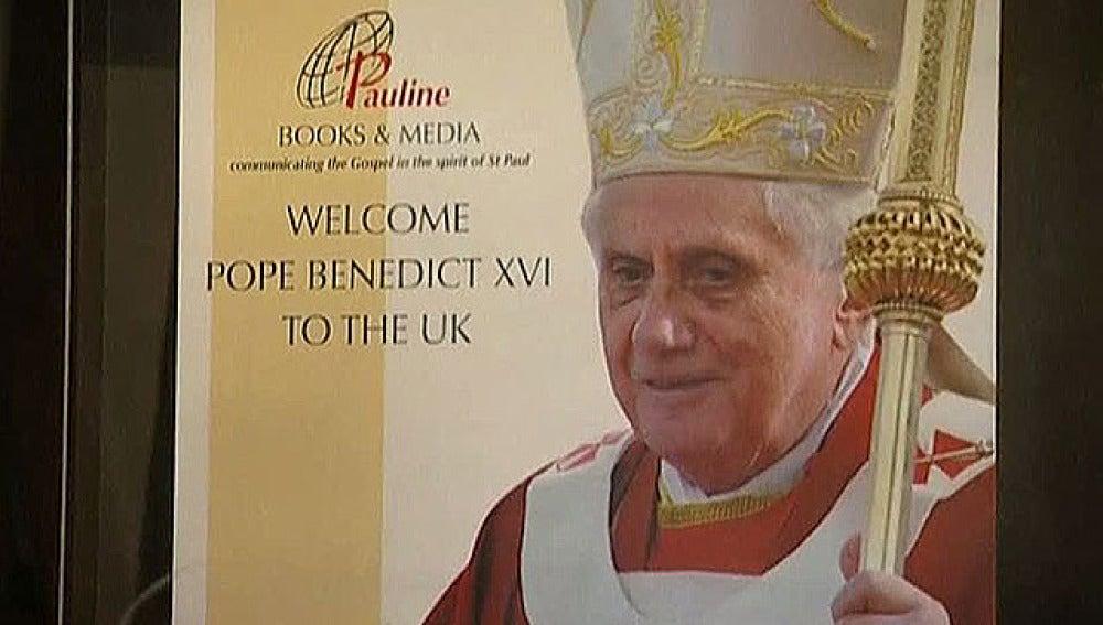 Cartel del Papa en un escaparate