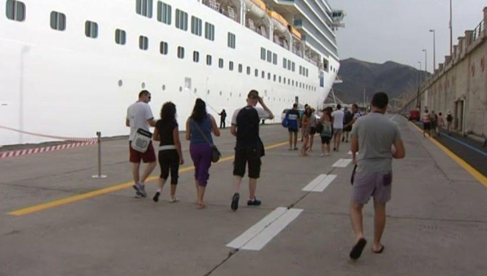 Miles de visitantes llegan en cruceros a las islas