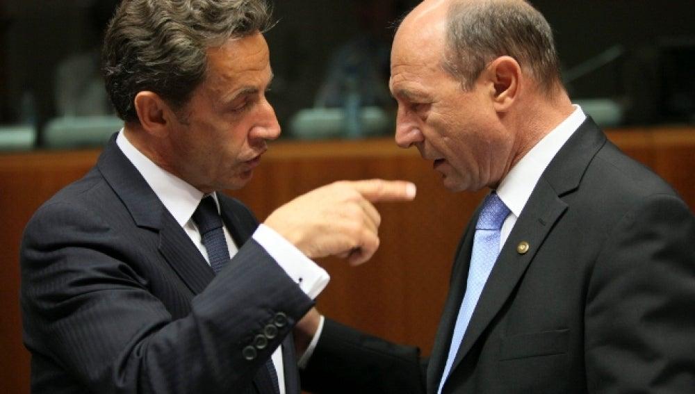 Sarkozy conversa con el presidente rumano Basescu
