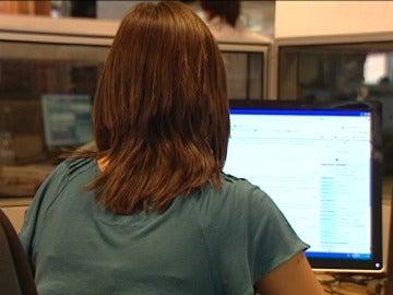 Una mujer hace una consulta médica en internet