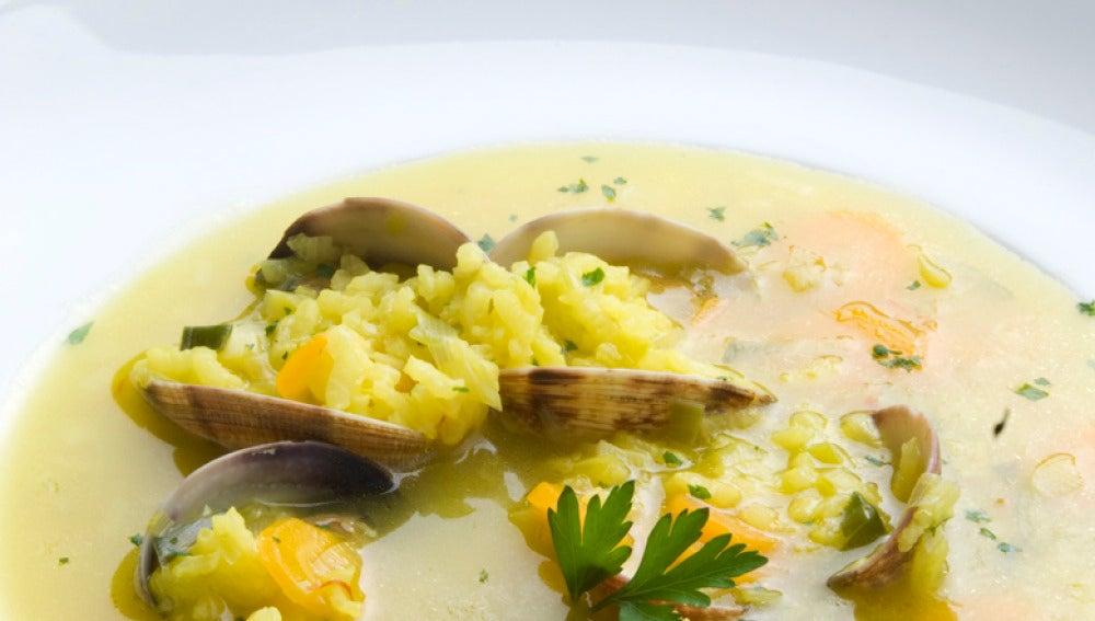 Sopa de arroz con almejas
