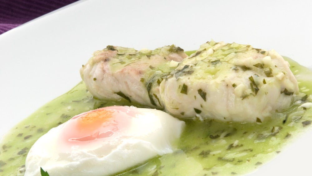 Merluza en salsa verde con huevo escalfado