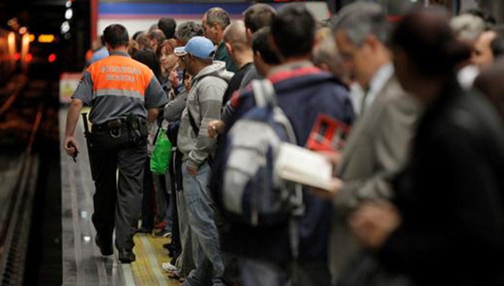 Usuarios esperando al metro en Madrid