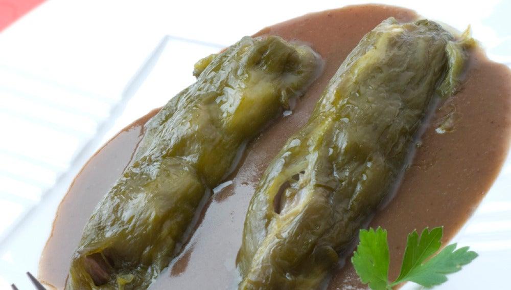 Pimientos verdes rellenos de manitas y lengua de cordero