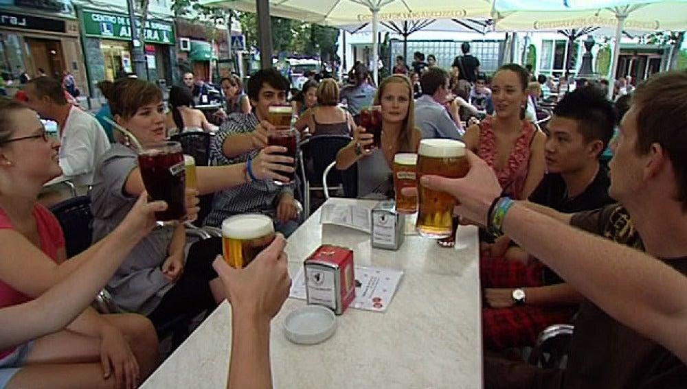 Erasmus brindan con cerveza