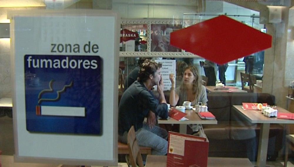 Zona para fumadores en un restaurante