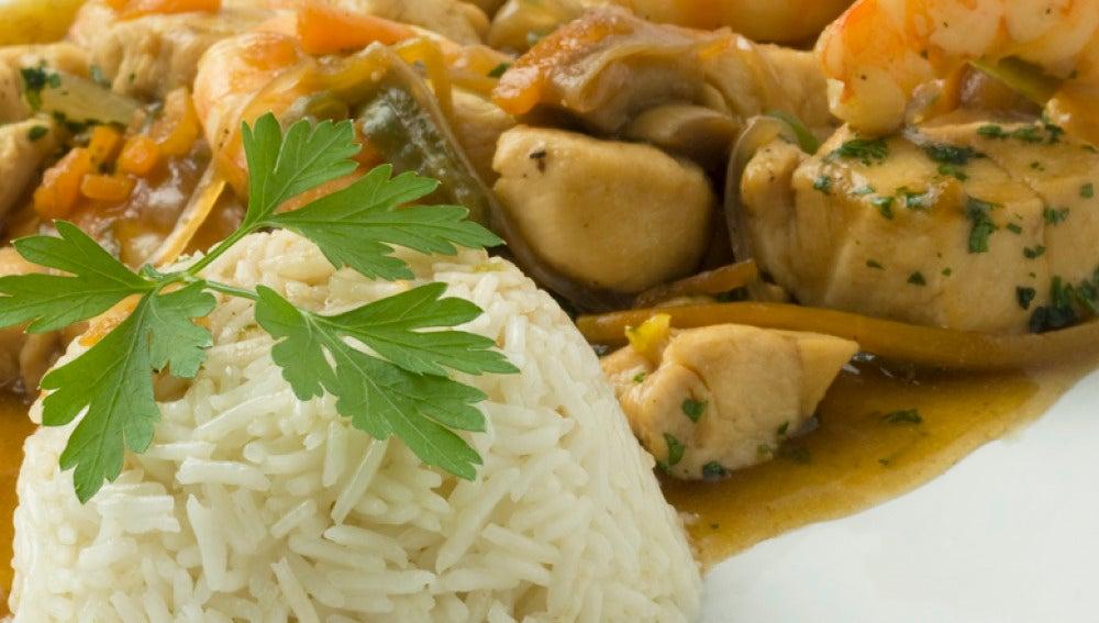 Salteado de pollo con langostinos y arroz