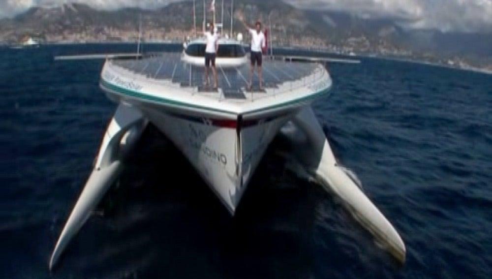 Catamarán impulsado por energía solar