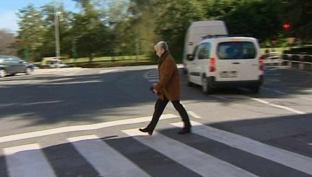 Una mujer cruza por un paso de peatones en Pamplona