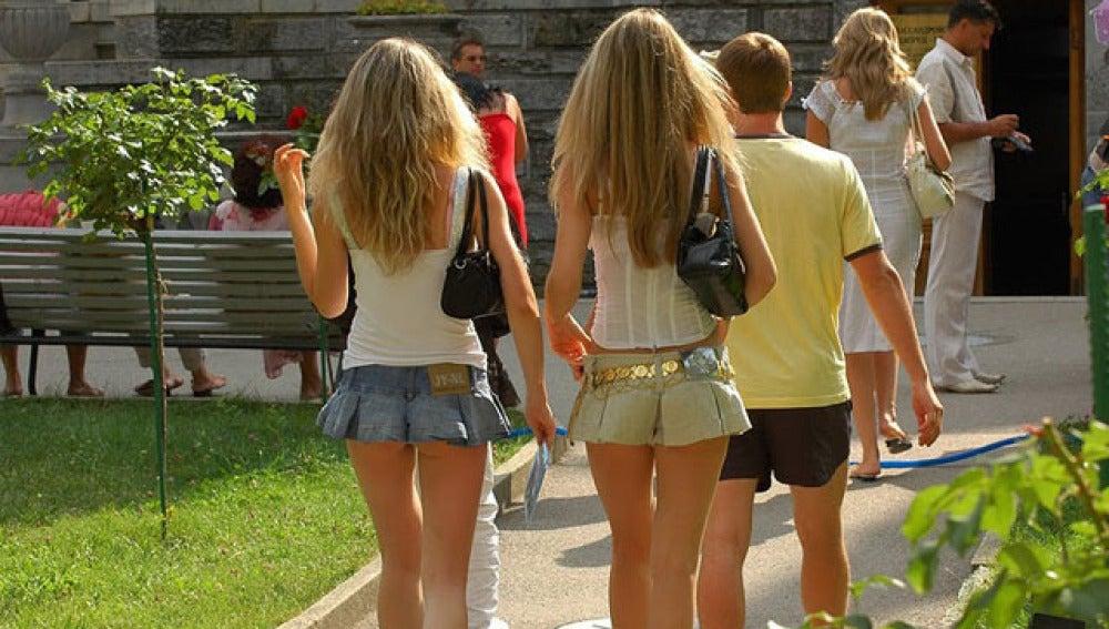 Descuentos en un parque chino por uso de minifaldas