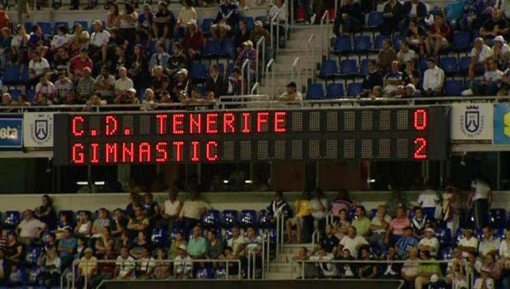 La afición abandona el estadio antes de que acabe el partido.