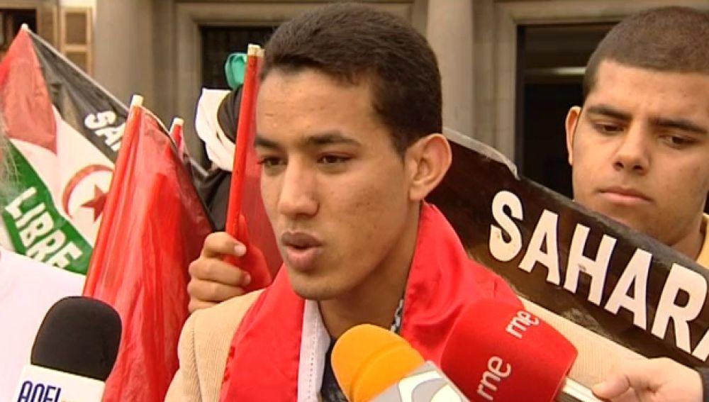 Un grupo de saharauis pasan la noche frente a la Delegación del Gobierno de Canarias