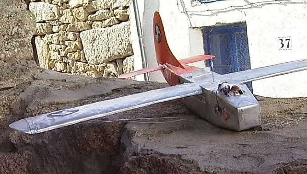 Avión de papel tripulado por un playmobil