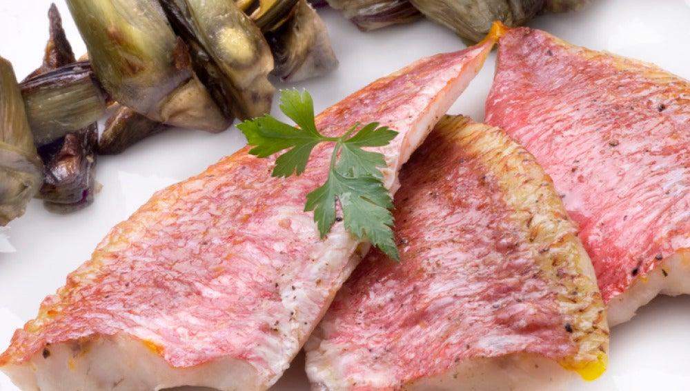 Salmonetes con salsa de cítricos y alcachofas