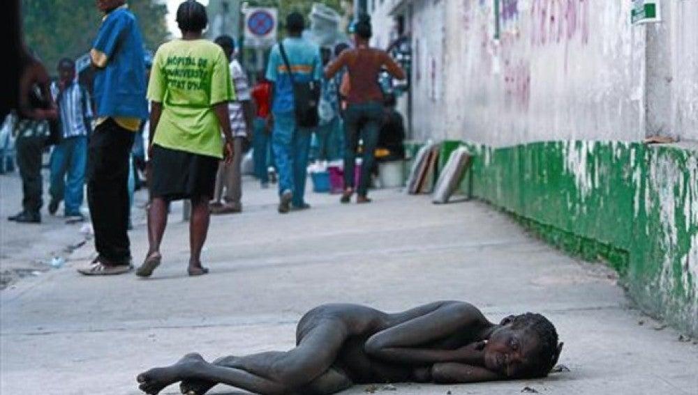 Una mujer yace en plena calle de Puerto Príncipe
