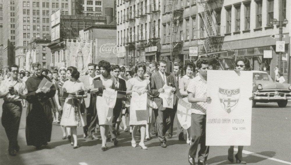la Juventud Obrera Católica durante una manifestación en las calles de Little Spain
