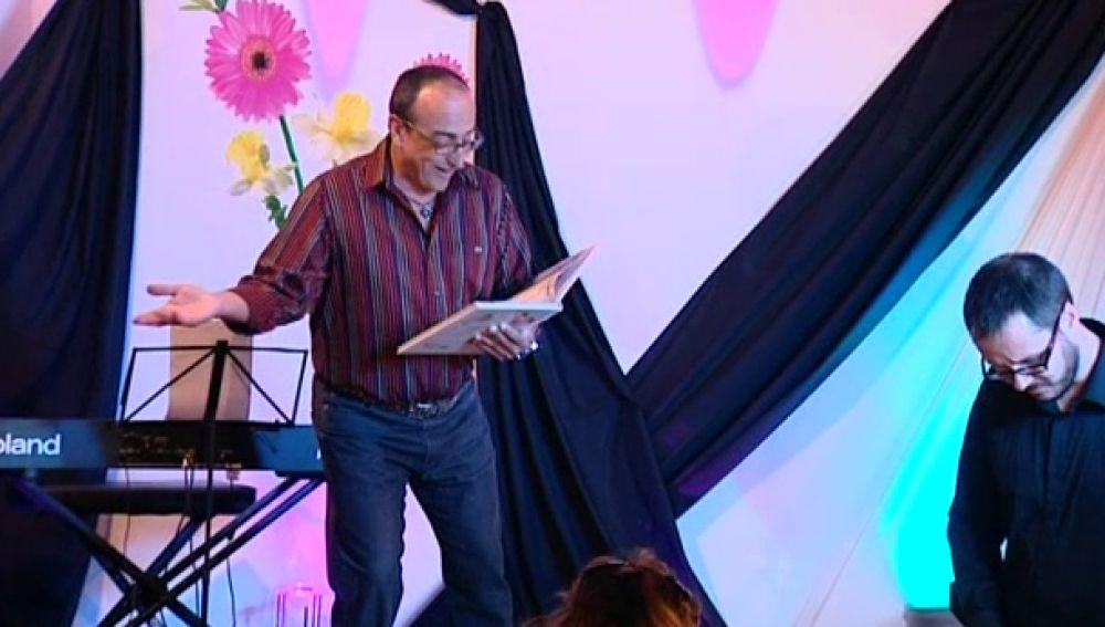 Niños y adultos se suben al escenario para contar cuentos