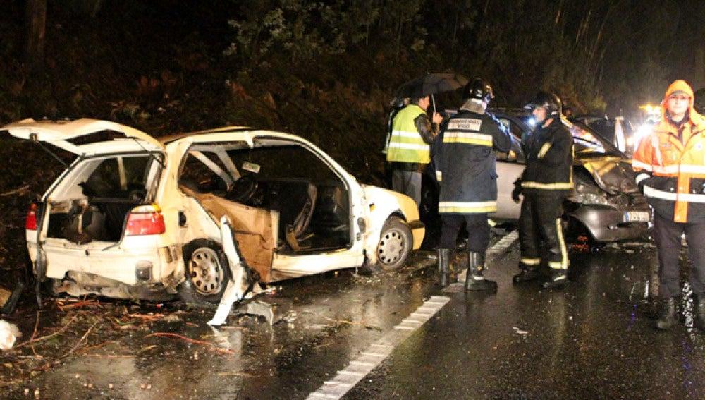 Un joven fallece en un choque frontal entre dos vehículos
