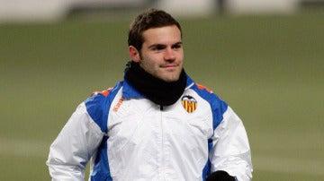Juan Mata calentando antes de un partido del Valencia