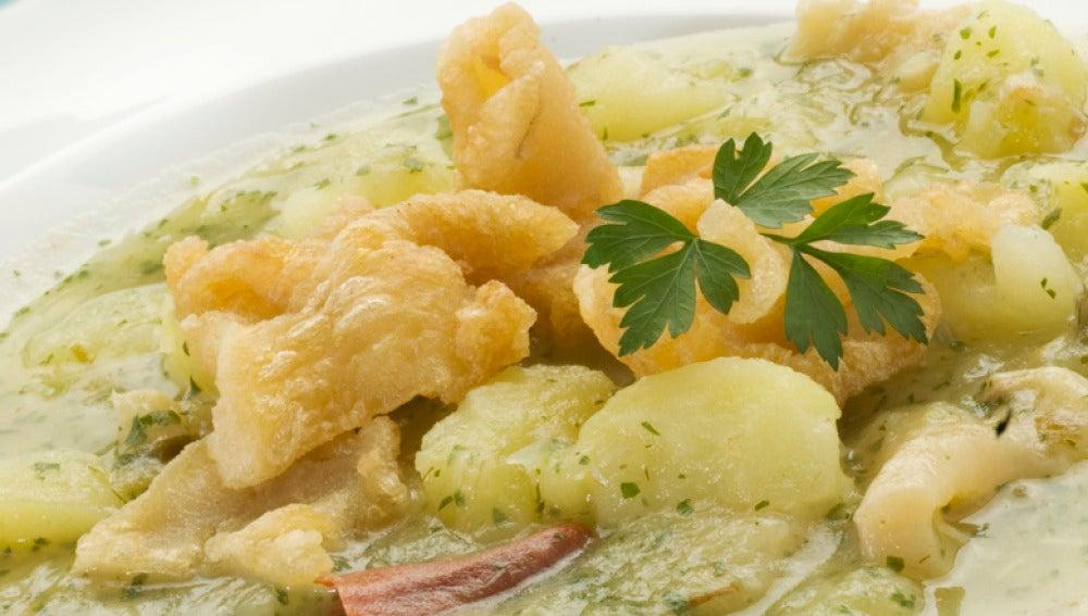 Guiso de patatas en salsa verde con tripas de bacalao