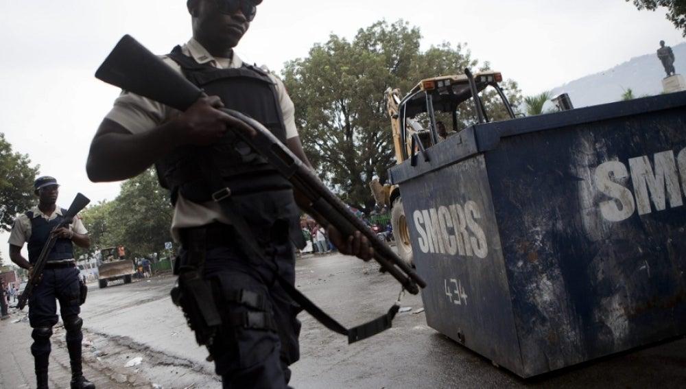 Dos policías en Puerto Príncipe