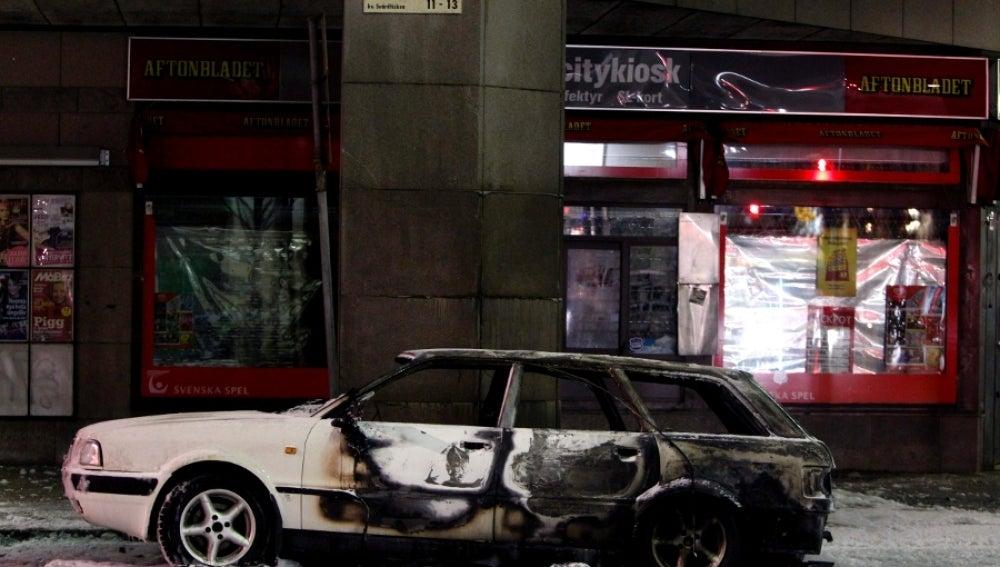 El coche calcinado por la bomba en Estocolmo