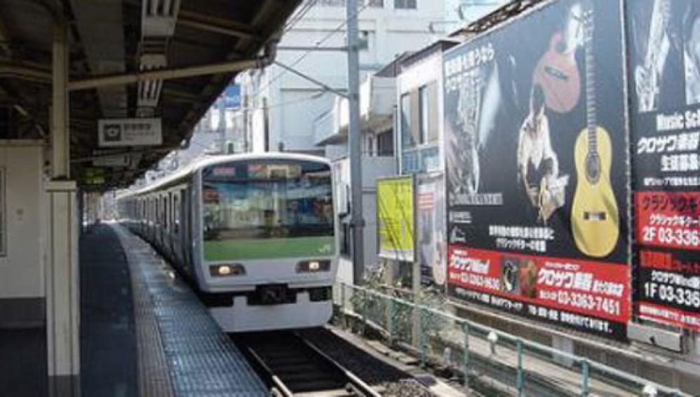 Un tren circula por una vía en Tokio, Japón