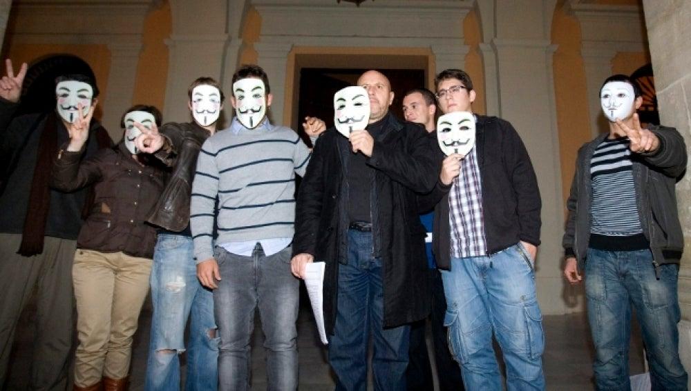 Un grupo de manifestantes frente al Ayuntamiento de Sevilla