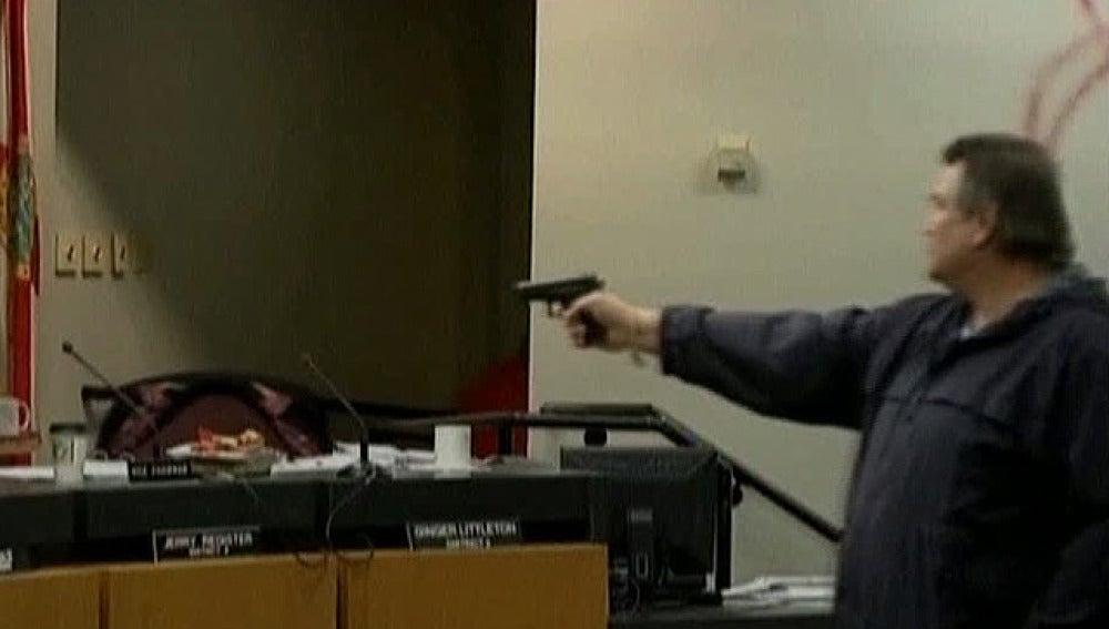 Irrumpe a tiros en una junta escolar