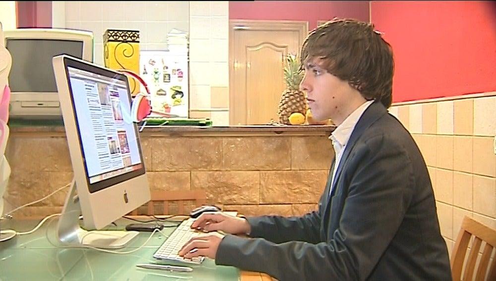 Un valenciano de 18 años lidera la campaña de apoyo a Wikileaks
