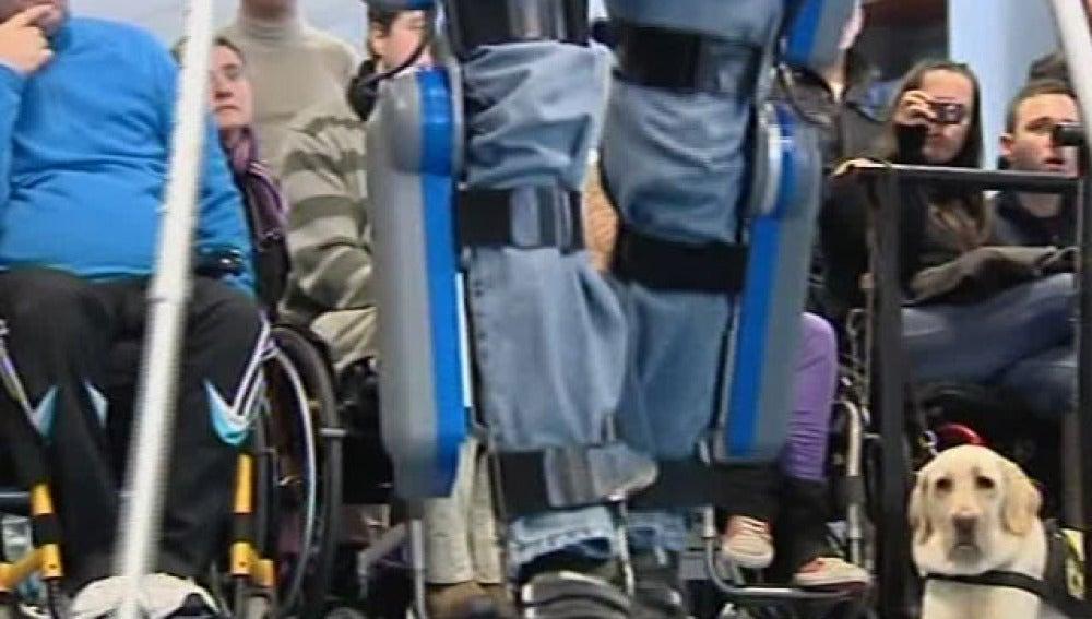 Un exoesqueleto permitirá andar a los lesionados medulares