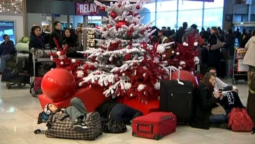 Viajeros esperando en el aeropuerto