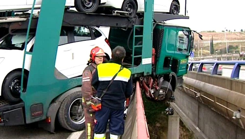 Un camión colgando de un puente