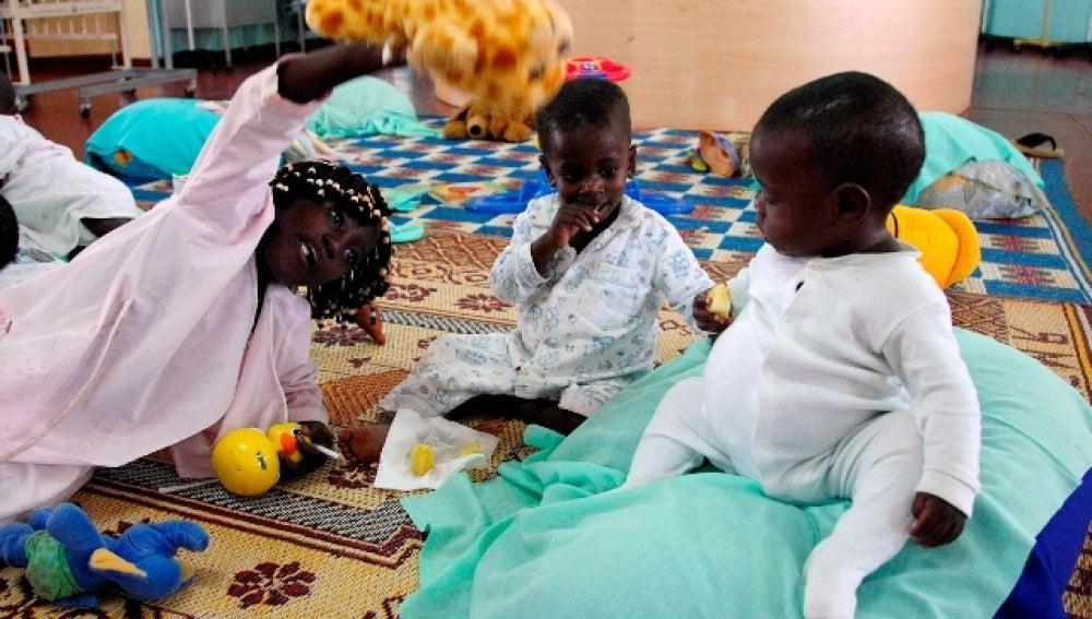 Niños portadores de VIH juegan en hospital de Kampala