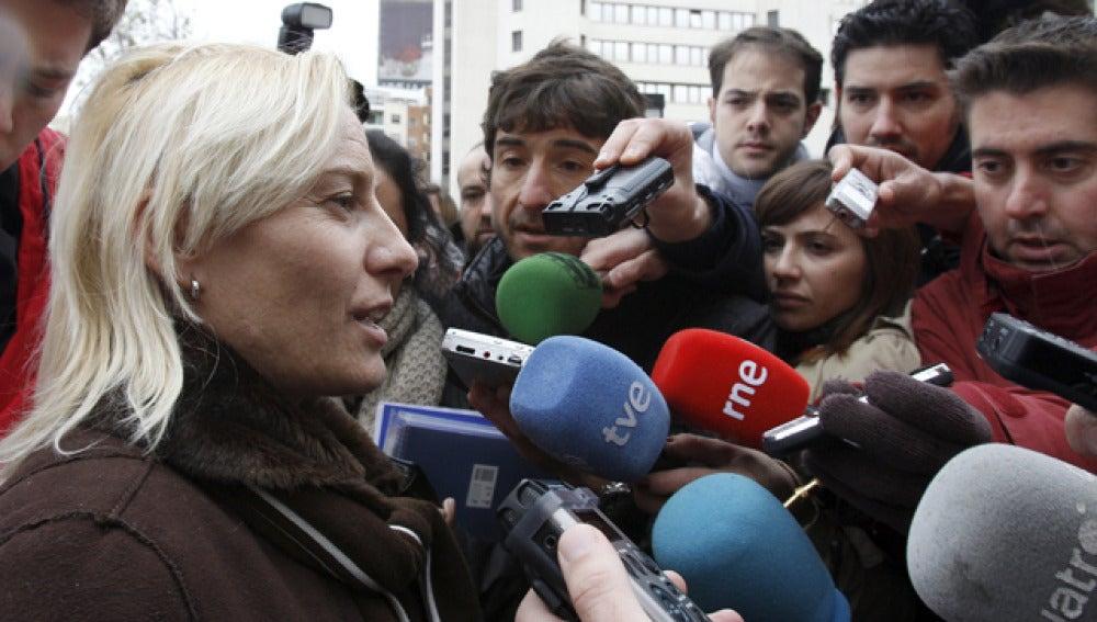 La atleta Marta Domínguez atiende a los periodistas a su salida de los Juzgados de Madrid / Archivo