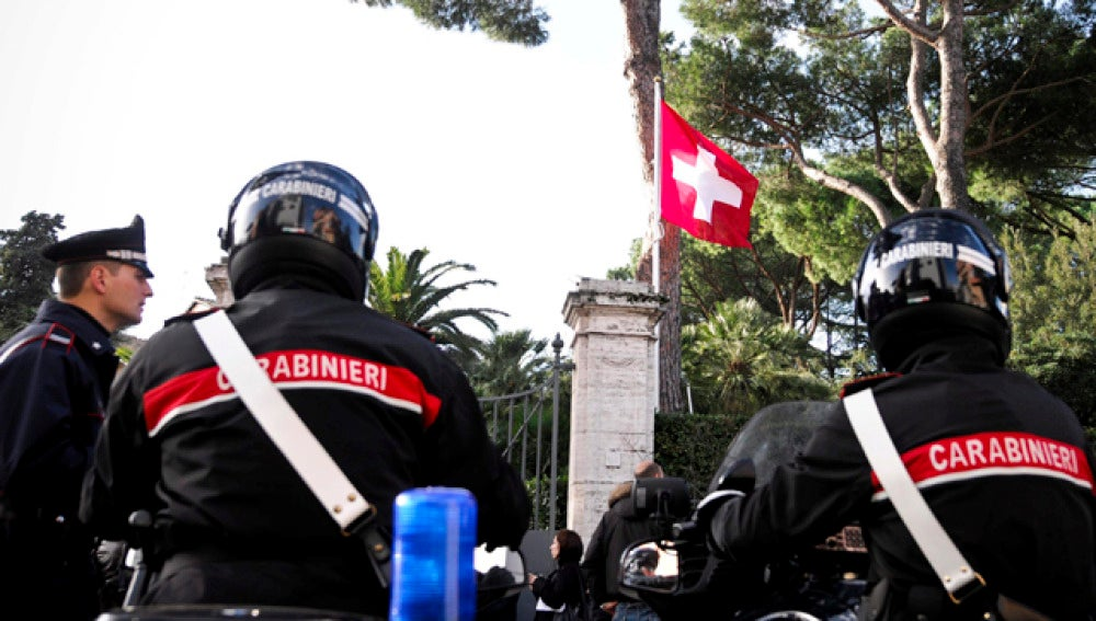 La primera bomba estalló en la embajada suiza