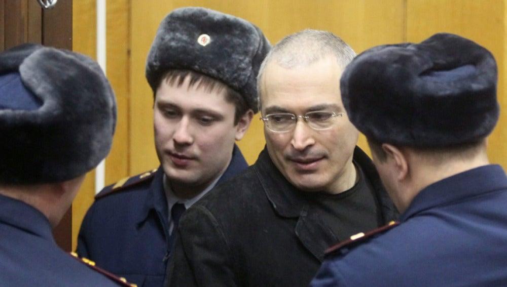 Jodorkovski, rodeado de policías en el tribunal de Moscú