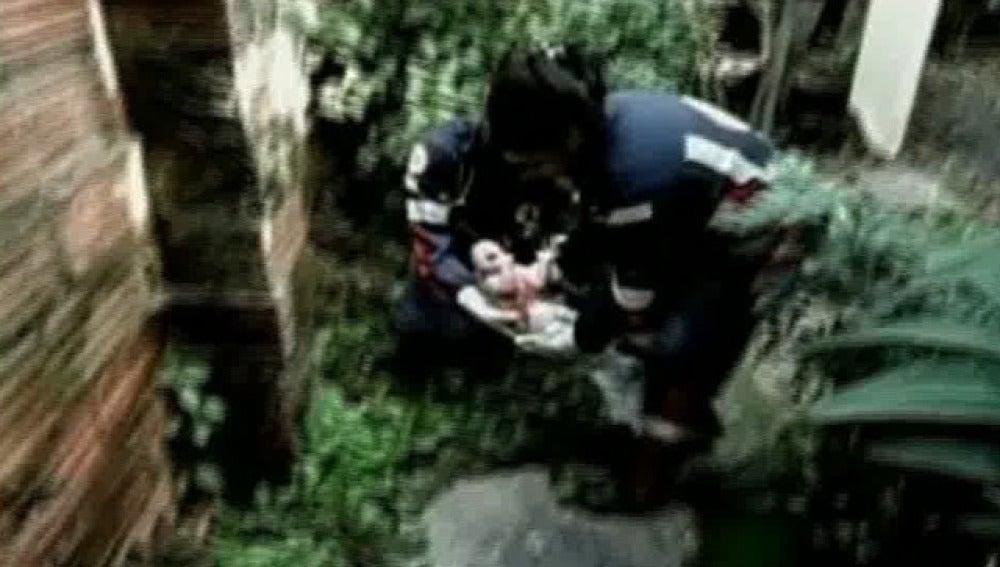 Dos policías recogen al bebé
