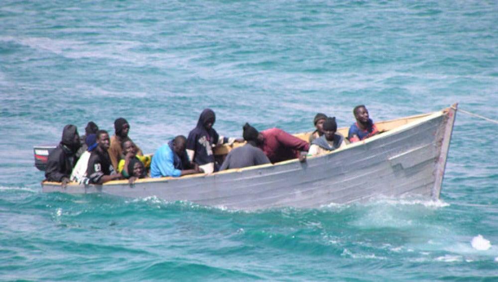Una patera con 12 personas, una de ellas menor, llega a la costa de Torrevieja (Alicante)