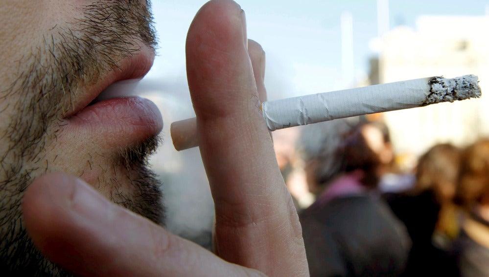 Un hombre fumando