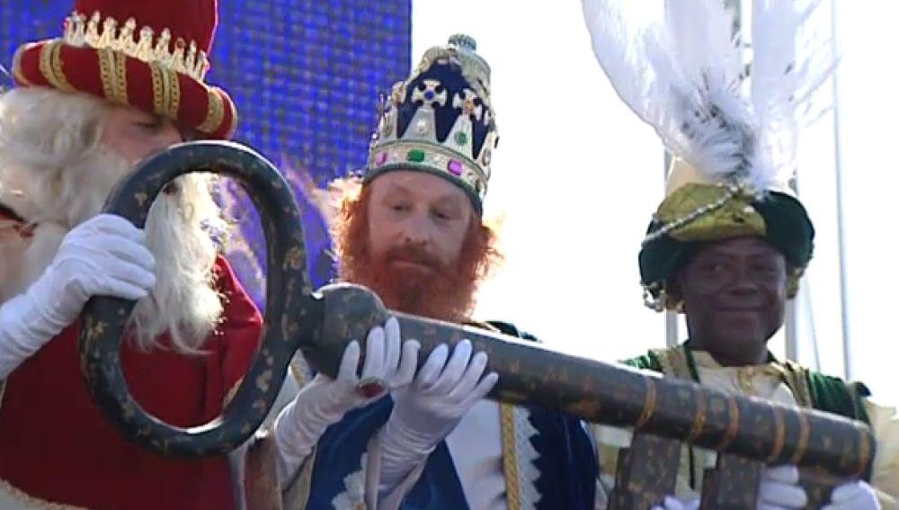 Los niños canarios reciben a Sus Majestades