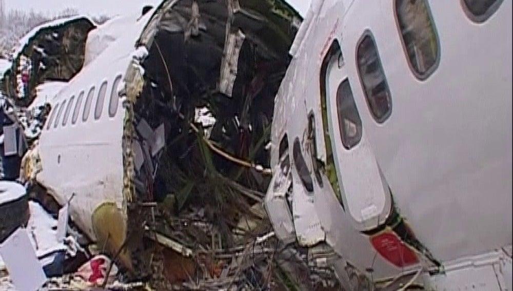 Al menos 77 muertos y una treintena de supervivientes al estrellarse un avión
