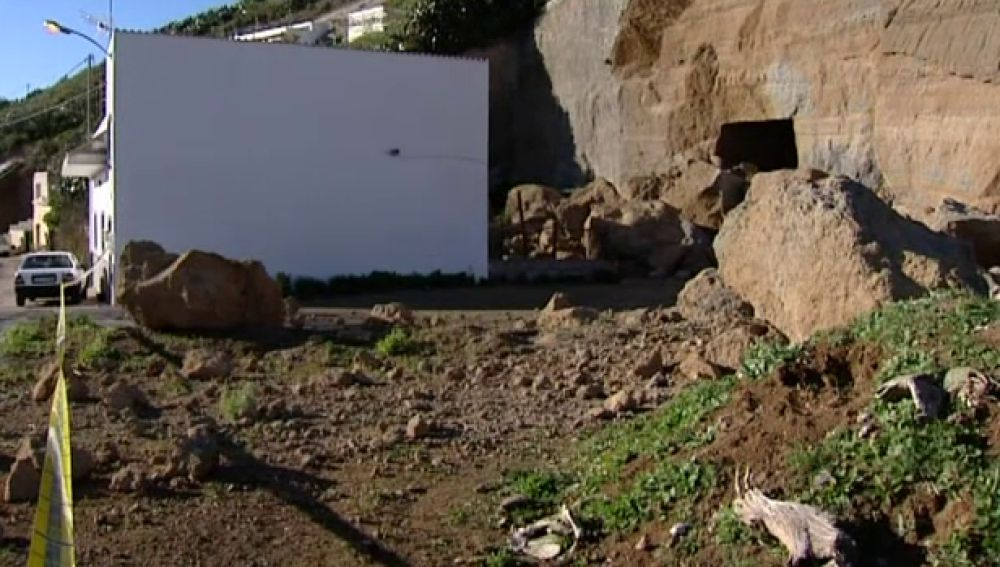 Casas sepultadas por un desprendimiento en Guía