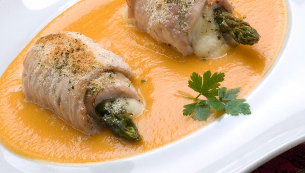 Rollitos de pavo con queso fresco y espárragos