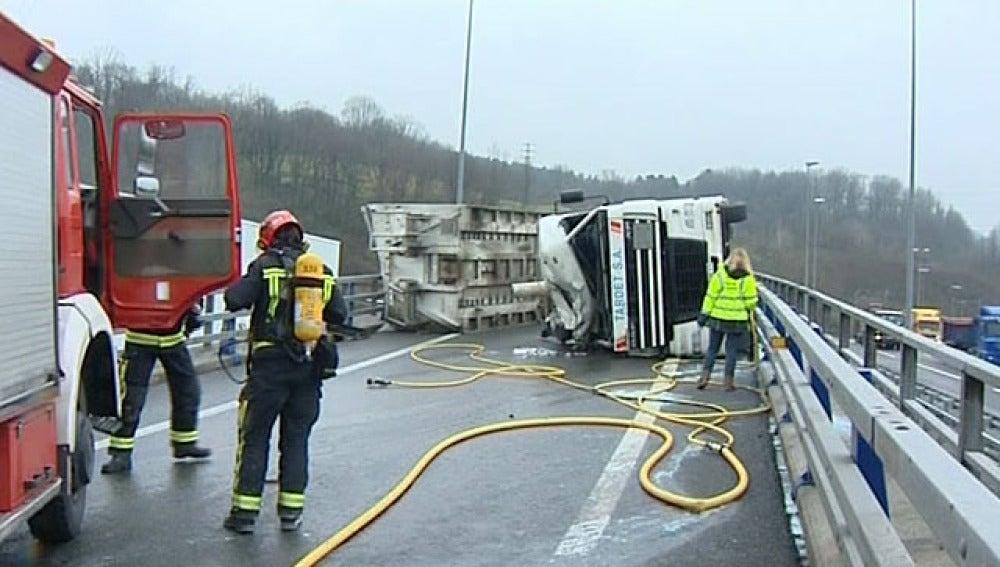 Bomberos tras sofocar el incendio de un camión