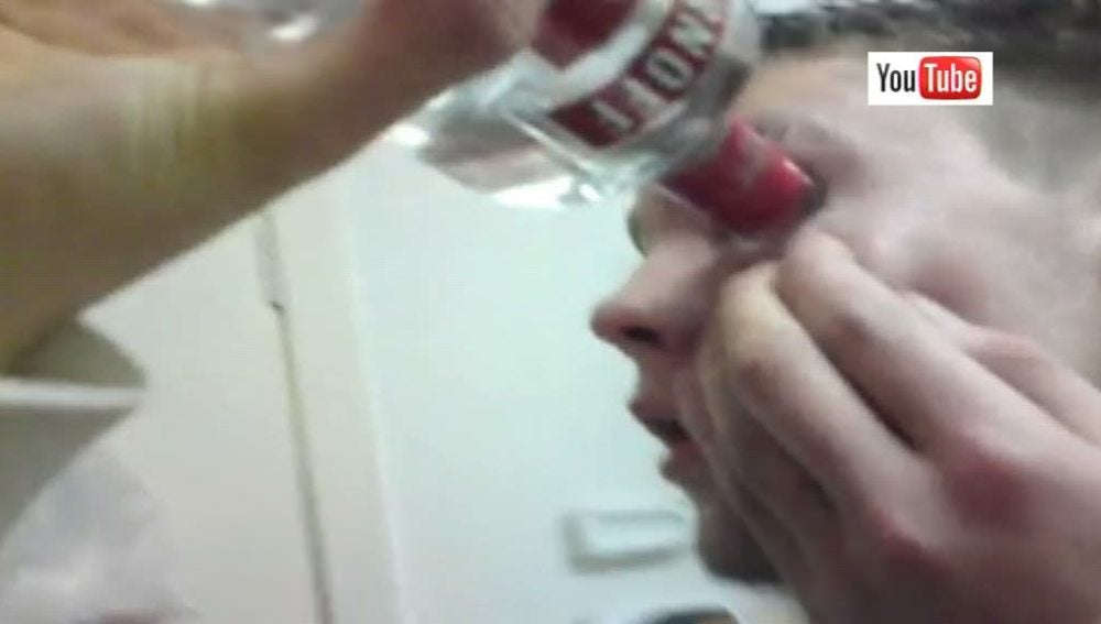 Un joven practica el 'eyeballing'